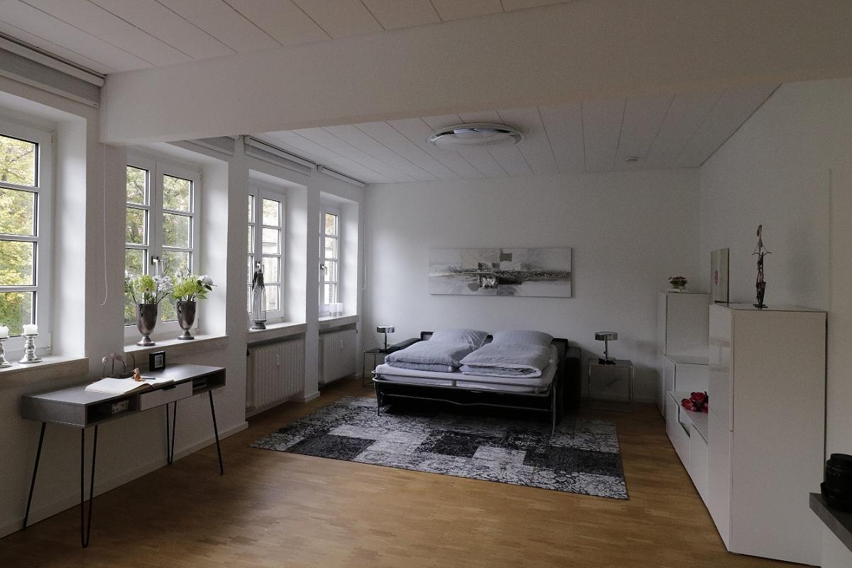 Wohnzimmer mit Schlafcouch ausgezogen
